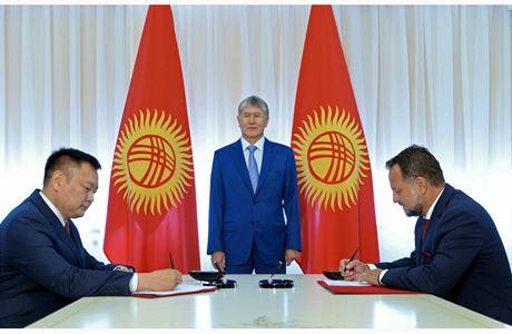 jednatel Smelík podepisuje kontrakt před kyrgyszkým prezidentem Atambajevem